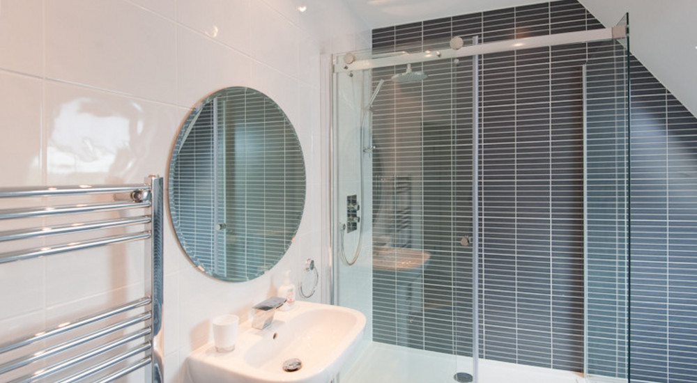 Upper floor shower room - With a fantastic, large shower. Ideal for preparing to explore, or re-energising after a day of adventure around Edinburgh.